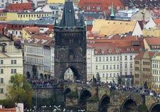 Landskap av den Prague fokusen på Charles Bridge royaltyfria bilder