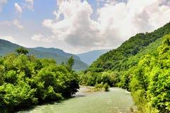 Landskap av den snabba floden Malaya Laba arkivfoto