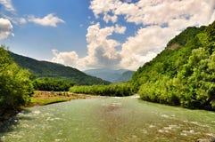 Landskap av den snabba floden Malaya Laba arkivfoton