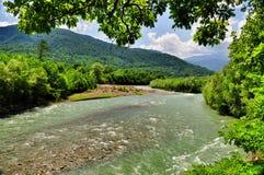 Landskap av den snabba floden Malaya Laba arkivbilder
