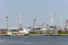 Landskap av den thailändska raffinaderiindustrianläggningen från motsats sida av den Chao Phra Ya floden Royaltyfri Fotografi