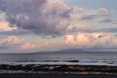 Landskap av den tropiska östranden för paradis, solnedgångskott Magisk ö Bali, Indonesien royaltyfri fotografi