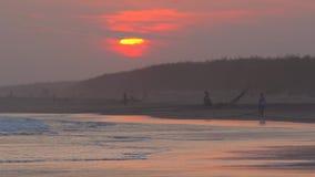 Landskap av den tropiska stranden på solnedgångtid arkivfilmer