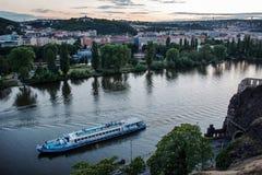 Landskap av den Vltava floden från Vysehrad i den tidiga aftonen, Prague Arkivfoton