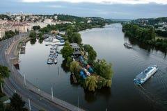 Landskap av den Vltava floden från Vysehrad i den tidiga aftonen, Prague Royaltyfri Foto
