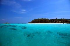Landskap av det Andaman havet med havskusten och blå himmel i den Lipe ön Royaltyfria Bilder