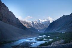 Landskap av det Indien landet Berg under en solnedgång eller en soluppgång med den guld- solen Himalayas som förbluffar sikter In fotografering för bildbyråer