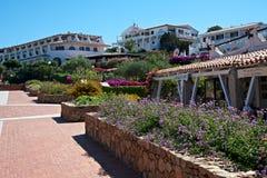 Landskap av det lyxiga hotellet och restaurangen och med trädgårdar som är fulla av blommor Arkivfoto