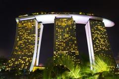 Landskap av det Singapore Marina Bay hotellet, bro, museum och Royaltyfri Foto