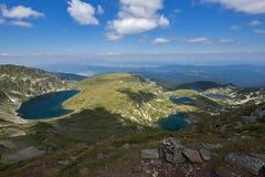 Landskap av det tvilling-, trefoilen, ögat och njure sjöarna, de sju Rila sjöarna, Bulgarien Arkivbild