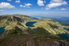 Landskap av det tvilling-, trefoilen, ögat och njure sjöarna, de sju Rila sjöarna, Bulgarien Arkivfoto