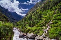 Landskap av en bergflod med den traditionella naturen av Kullu V Royaltyfri Bild