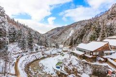 Landskap av en dal i vintersäsong i Japan arkivbild