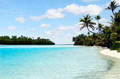 Landskap av en fotö i den Aitutaki lagunkocken Islands Arkivfoto