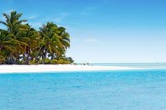 Landskap av en fotö i den Aitutaki lagunkocken Islands Arkivbild