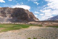 Landskap av en liten by i mitt av Himalayan bergskedja arkivbilder