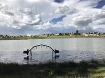 Landskap av en sjö med en storslagen himmel Arkivbild