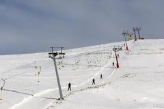 Landskap av en täckt snow skidar centrerar snow-täckt Royaltyfria Bilder