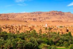 Landskap av en typisk moroccan berberby med oasen i Arkivfoto