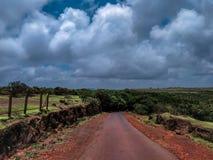 landskap av en väg med en himmel och moln arkivfoto