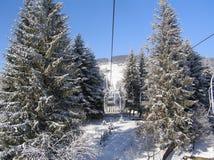 Landskap av en vinterkabelbil i bergen royaltyfri foto