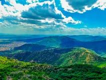 Landskap av ett berg och en molnig himmel Royaltyfria Bilder
