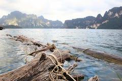 Landskap av fördämningen med kalkstenberget arkivfoton