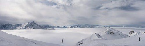 Landskap av fjällängarna, maxima och havet av molnet Royaltyfri Bild