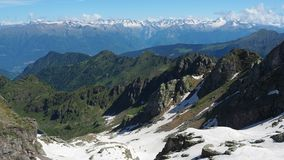 Landskap av fjällängarna under vårsäsong Italienska Alps italy lager videofilmer