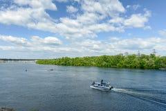 Landskap av floden Dnepr och fartyg Fotografering för Bildbyråer