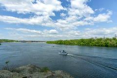 Landskap av floden Dnepr och fartyg Royaltyfri Bild