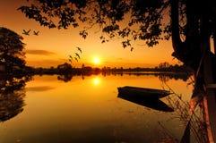 Landskap av floden med härligt av soluppgången Royaltyfri Foto