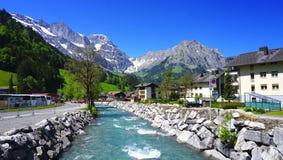 Landskap av floden och berg Arkivbild