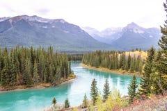 Landskap av flodspringen till och med bergen royaltyfria foton