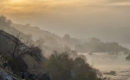Landskap av gryning över floden royaltyfria bilder