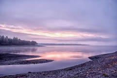 Landskap av gryning på floden Royaltyfri Bild