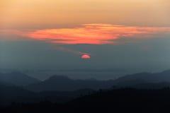 Landskap av gryning som kommer i överkant av berget royaltyfri bild