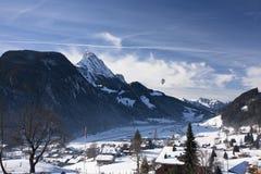 Landskap av Gstaad i Schweiz, med insnöad vinter, med a Arkivfoto
