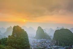 Landskap av Guilin, Li River och Karstberg Lokaliserat nära det Yangshuo länet, Guangxi landskap, Kina Royaltyfri Bild