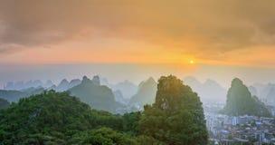 Landskap av Guilin, Li River och Karstberg Lokaliserat nära det Yangshuo länet, Guangxi landskap, Kina Arkivfoton