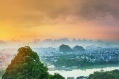 Landskap av Guilin, Li River och Karstberg Lokaliserat nära det Yangshuo länet, Guangxi landskap, Kina Arkivfoto