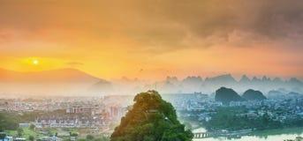 Landskap av Guilin, Li River och Karstberg Lokaliserat nära det Yangshuo länet, Guangxi landskap, Kina Arkivbilder