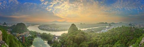 Landskap av Guilin, Li River och Karstberg Lokaliserat nära det Yangshuo länet, Guangxi landskap, Kina Royaltyfria Bilder