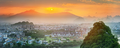 Landskap av Guilin, Li River och Karstberg Lokaliserat nära det Yangshuo länet, Guangxi landskap, Kina Arkivbild