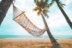 Landskap av hängmattan med kokosnötpalmträdet på den tropiska stranden i sommar Royaltyfri Foto