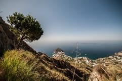 Landskap av havet och berg Arkivbilder