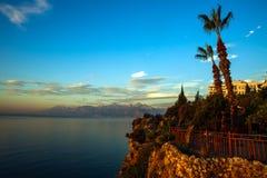 Landskap av havet och den steniga kusten av berg på himmel Royaltyfri Fotografi