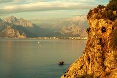 Landskap av havet och den steniga kusten av berg på himmel Fotografering för Bildbyråer