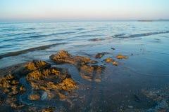 Landskap av havet, strand, solnedgång på havet, röd himmel, brännhet solnedgång Arkivbild