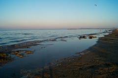 Landskap av havet, strand, solnedgång på havet, röd himmel, brännhet solnedgång Arkivfoto